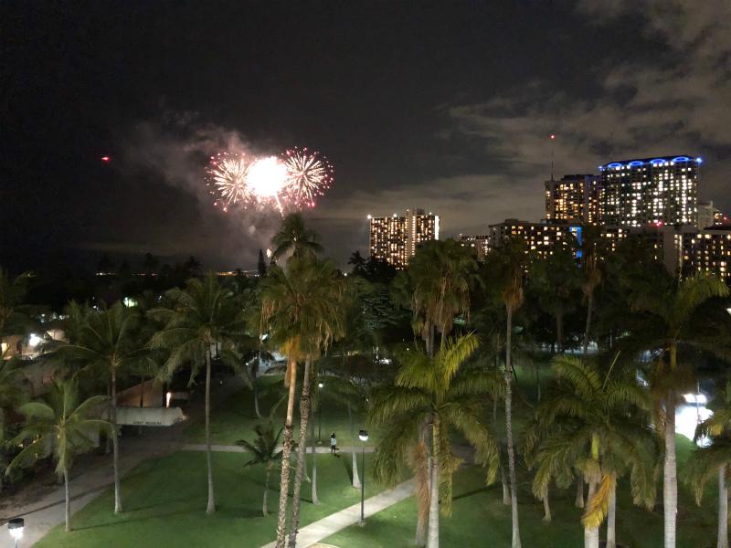 アウトリガーリーフワイキキビーチホテルからのヒルトンの花火